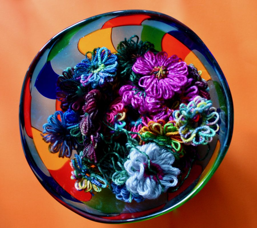 Foto February Day 21 - Vivid Color Yarn Flowers Loomed